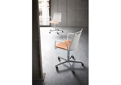 Hospitality Chair | Akami_Chair with arms 5 castors
